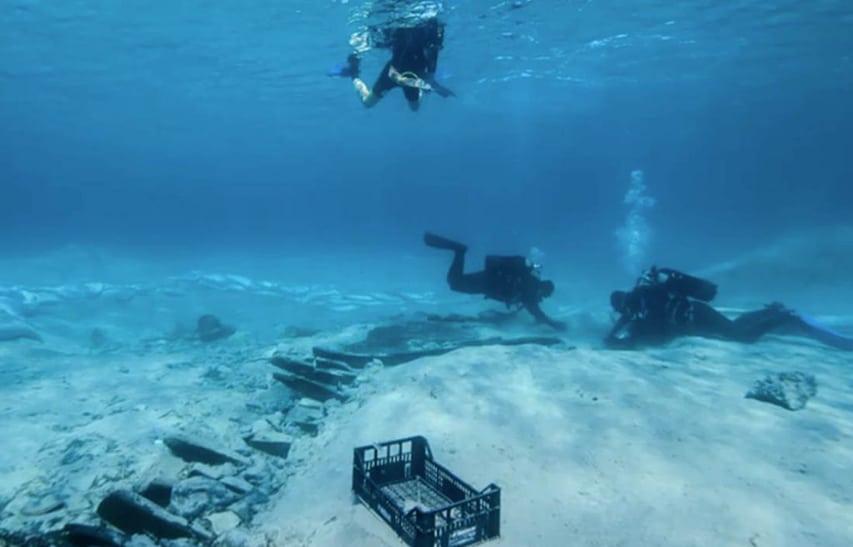 Archeolodzy podwodni podczas pracy na wraku
