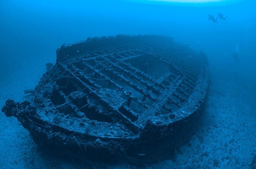 nurkowie odwiedzające podwodne muzeum wraków okrętów